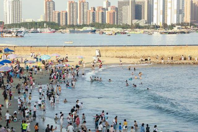 """五一假期广西北海""""海枯石烂""""景点游人如织(图)"""