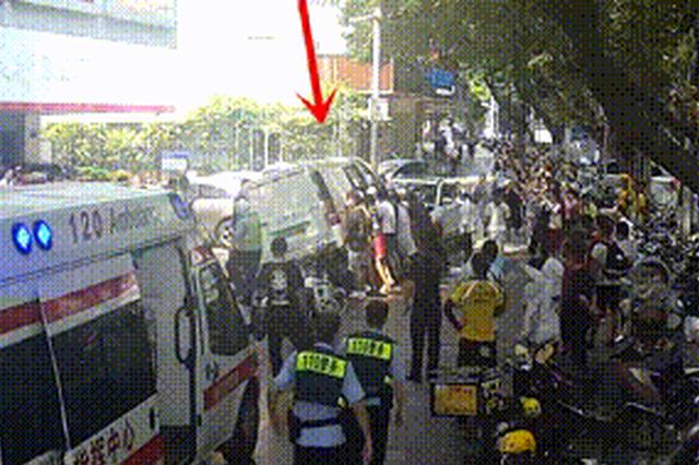 """柳州一电动车惨遭两车夹击 骑手被""""挤""""进车底"""