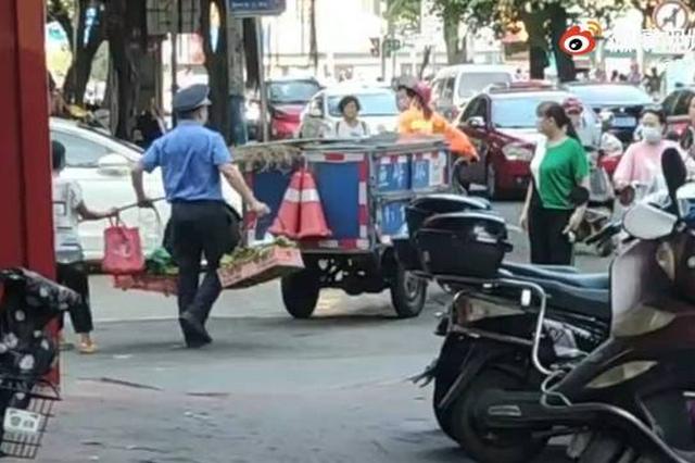 广西商贩占道摆卖青菜被扔进垃圾车 涉事城管已停职