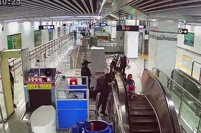 南宁一小女孩乘坐电梯时摔倒 地铁辅警纵身一跃救人