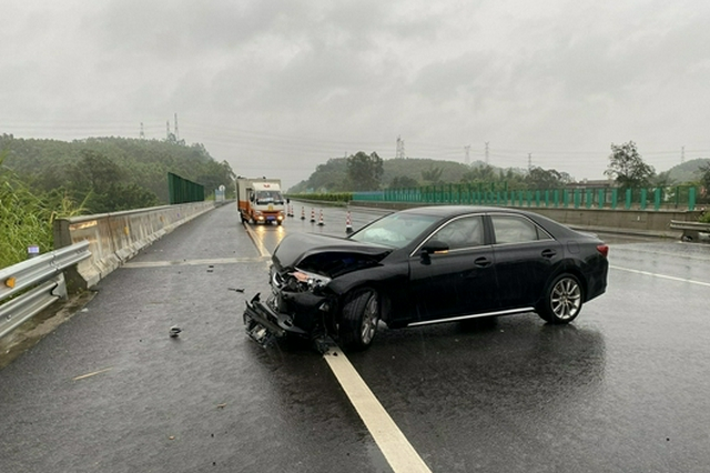 雨天行车请谨慎 兰海高速上发生多起小车打滑失控事故