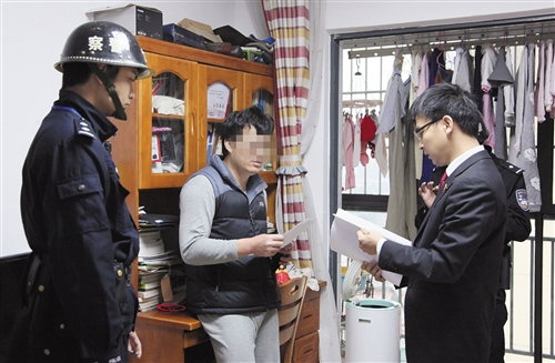 执行法官向被执行人(中)释法说理 兴宁区法院供图