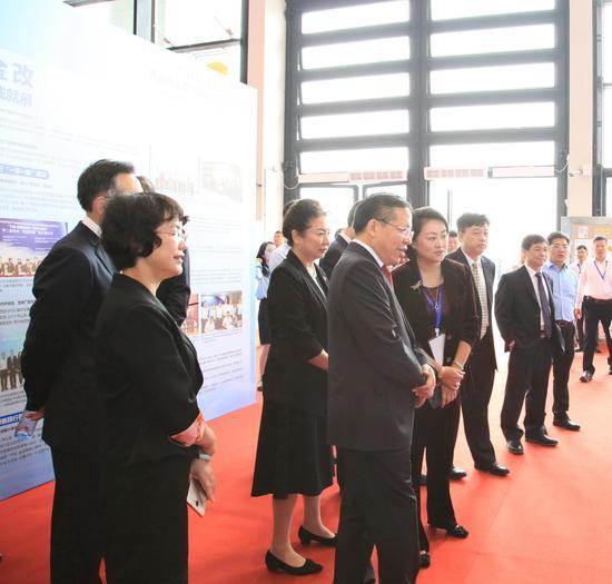 自治区党委常委、常务副主席秦如培等有关领导参观兴业银行南宁分行展区