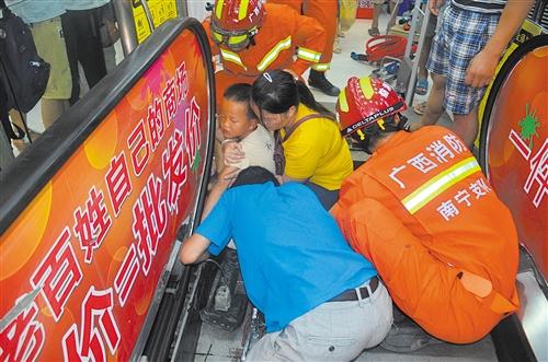 小男孩手被电扶梯夹住,消防紧急施救 本报通讯员 蓝俊 摄