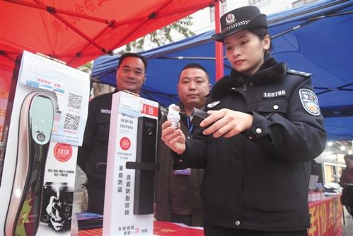 民警展示新型指纹电子锁的防盗功能 本报记者 宋延康 摄