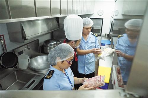 食药监管部门对餐饮服务单位开展食品安全检查 本报记者 宋延康 摄