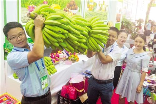 一串大香蕉需要两个人扛