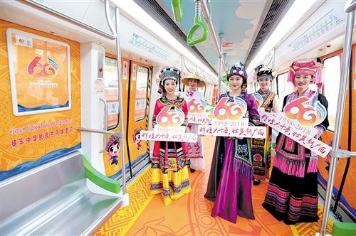 """▲""""致敬60大庆""""主题列车车厢装扮得让人眼前一亮"""