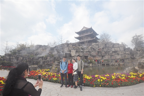 园博园的美景吸引游客拍照留念 本报记者 宋延康 摄