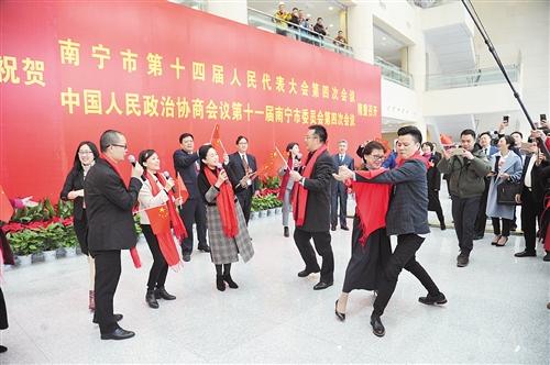 政协委员载歌载舞,祝福祖国 本报记者 宋延康 摄