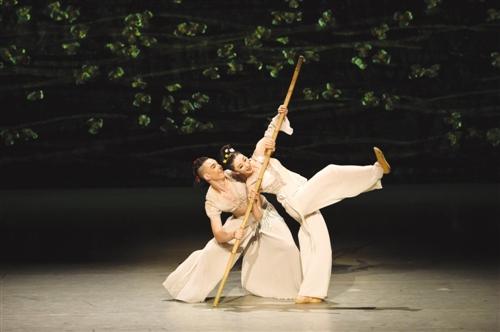刘三姐与阿牛哥甜蜜快乐的双人舞 本报记者 程勇可 摄