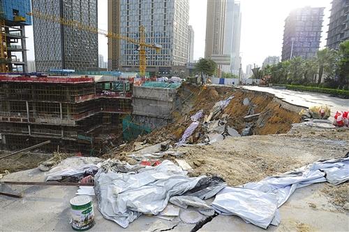 东葛路延长线路面坍塌现场 本报记者 宋延康 摄