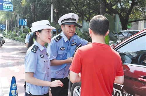 ▲直播主持人对违规司机进行采访 均为交警供图