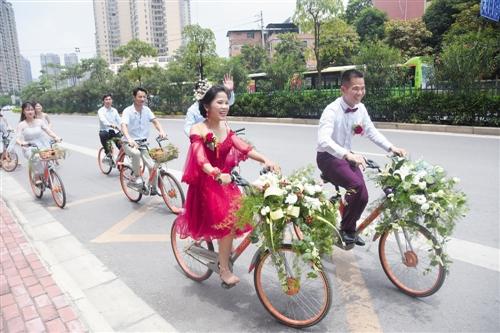 这对新人骑共享单车结婚 本报记者 宋延康 摄