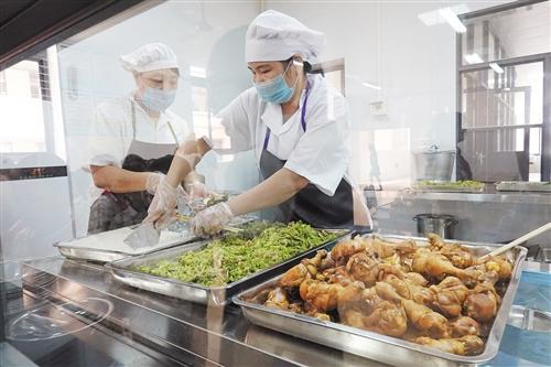 食堂为午托学生提供干净可口的饭菜