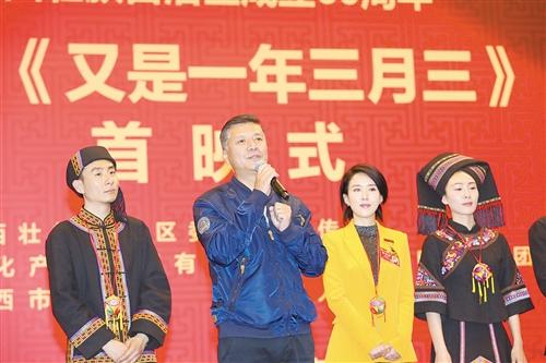 主演刘之冰(左二)和颜丹晨(左三)在首映式上