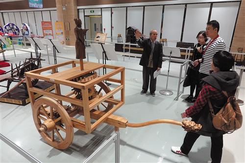 广西大学物理系罗教授给市民讲解古代指南车的相关知识 本报记者 程勇可 摄