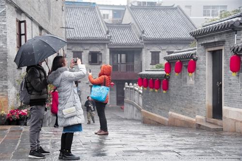 虽然这些天接连下雨,但阻挡不了市民游览三街两巷的热情 本报记者 宋延康 摄