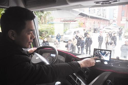 摄像头把视线盲区内的景象传送到驾驶室的盲区监控屏上,司机能清晰看到大车在右转时右侧盲区的车况
