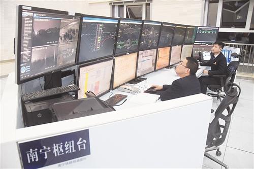 南宁枢纽台负责南宁站、南宁东站、南宁动车所所有列车调度,调度员正在认真工作
