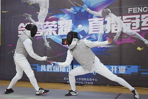 马剑飞(右)进行实战表演 本报记者 林显威 摄