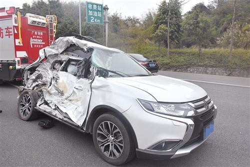 三菱越野车受损严重 (消防供图)