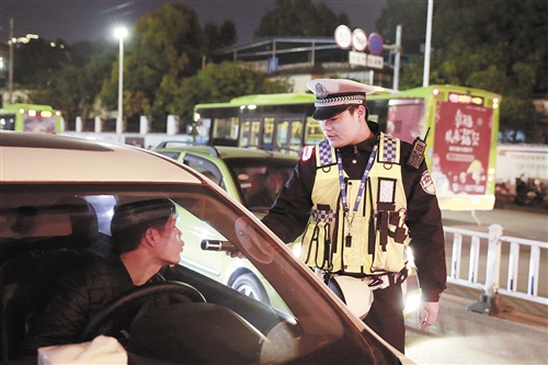交警严格检查过往车辆 本报通讯员 李南 摄