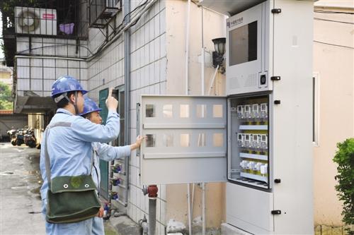 供电人员正在检查智能电表箱 本报通讯员 韦露 摄