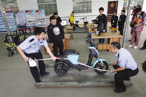 工作人员现场测量车辆尺寸是否符合标准