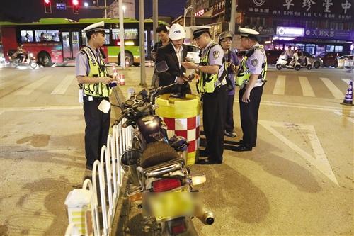 4月18日晚,南宁警方开展夜查行动(警方供图)