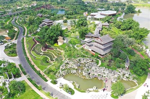 广西园运用了壮锦、干栏式建筑等壮乡文化特色元素