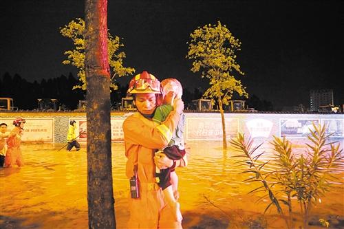 消防员先将被困的儿童救出 本报通讯员 江杰 摄