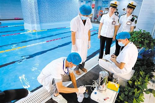 抽检人员现场抽检水质发现游离性余氯超标 本报记者 宋延康 摄
