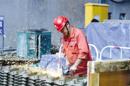 ▶工人在大藤峡水利枢纽工程工地上切割钢筋(8月10日摄)。