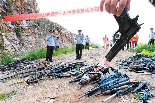 ▲现场收缴的枪支和仿真枪 图片均为本报记者 宋延康 摄