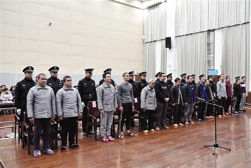 青秀区法院公开涉黑犯罪案件,14名被告领刑 本报记者 梁静 摄