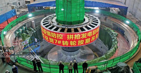 """为如期完成重大节点目标,大藤峡水利枢纽工程建设战""""疫""""不停工。2月17日,该工程左岸7号发电机组转轮安装成功。陈伟玲 杨卓恺 摄"""