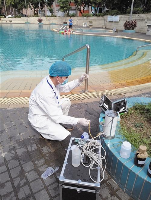 第三方检测机构对游泳池进行余氯检测 本报记者 叶祯 摄
