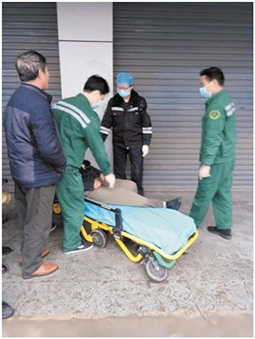 城管队员叫来救护车,医护人员赶到现场实施救治(兴宁区城管执法队供图)
