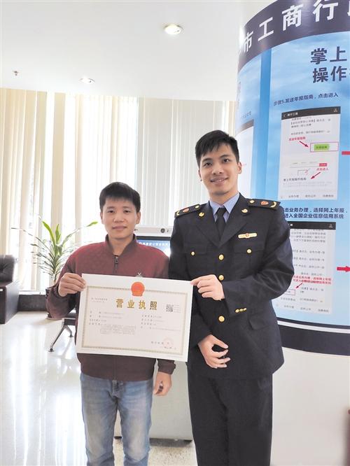 广西一家传媒公司在高新区领到了新版营业执照 (市工商局供图)