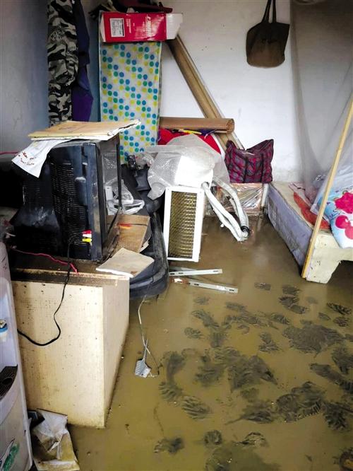 大水退去后,房屋内留下厚厚的一层泥浆(董先生供图)