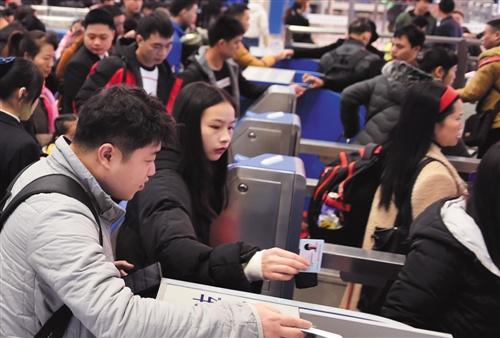 在南宁东站,旅客刷身份证进站乘车 本报记者 潘浩 摄