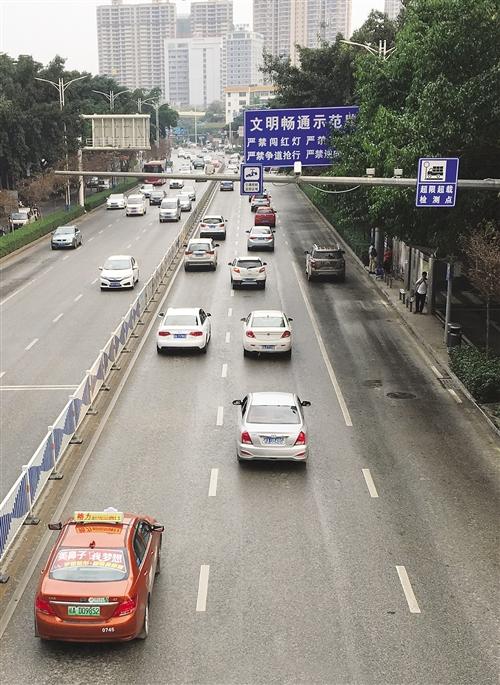 南宁300多个路口有电警监控 本报记者 程勇可 摄