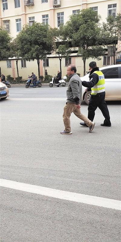 事发后,肇事司机被交警控制 (热心读者青先生供图)