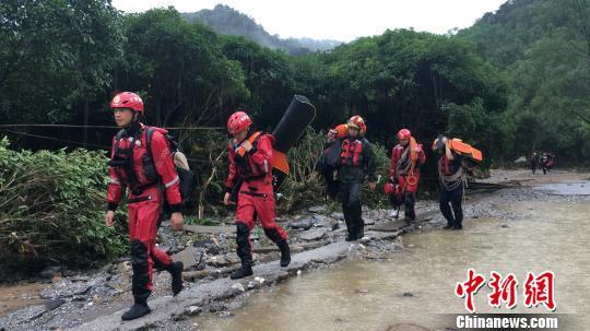 消防救援人员正徒步前往西岭村。 熊有发 摄