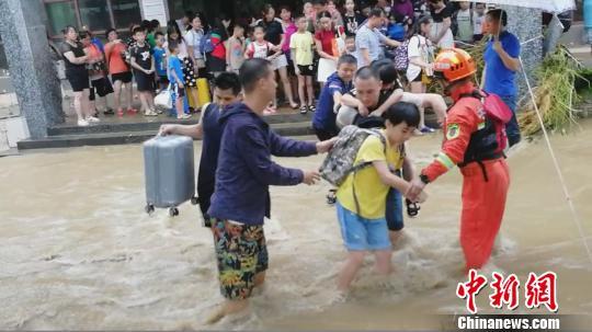 消防救援人员正在营救被困群众。 熊有发 摄