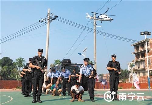 """警方在""""零点行动""""中抓获一批涉毒嫌疑人 记者 宋延康 摄"""