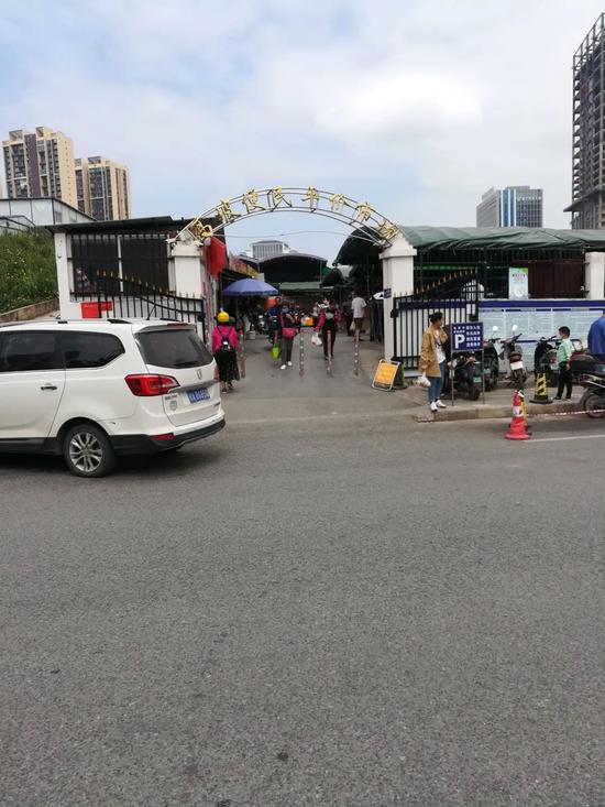 △凤岭北地铁百花岭站附近的高坡平价便民市场