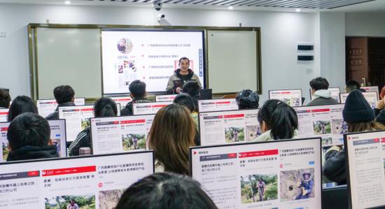 陆科在广西经贸职业技术学院上课