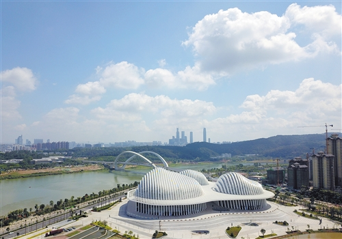 蓝天白云下的广西文化艺术中心格外美丽 本报记者 宋延康 摄